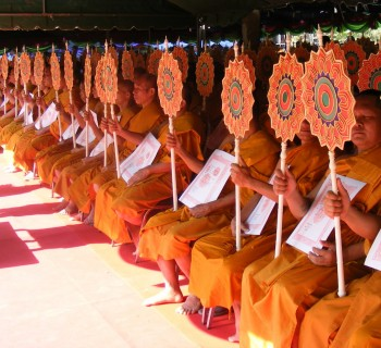 Thai_Buddhist_monk_blesses-2